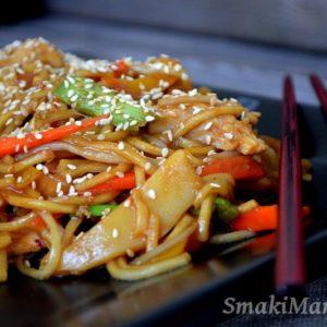 Smażony makaron chow mein z kurczakiem i warzywami