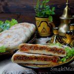Marokański batbout nadziewany mięsem mielonym