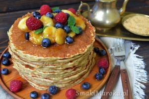 Pancakes owsiano-orkiszowe z karmelizowanymi bananami