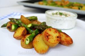 Zapiekane ziemniaki ze szparagami i twarożkowym dipem
